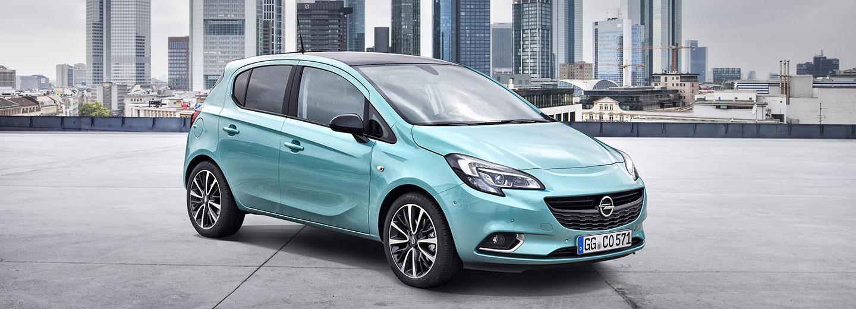 Opel Corsa en color azul en el exterior