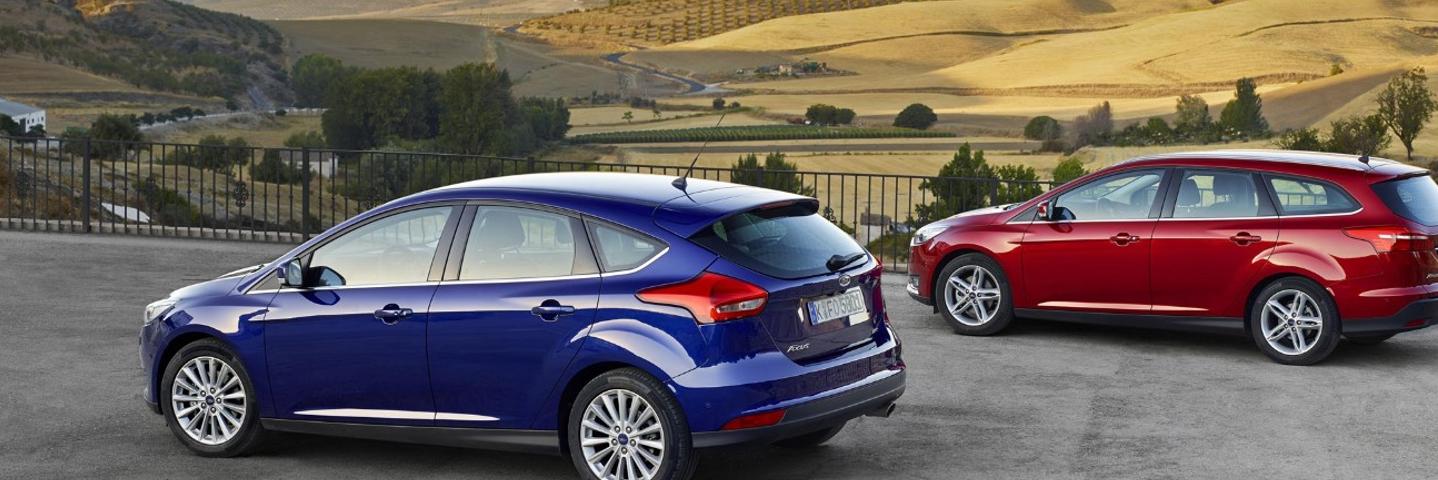 Dos Ford Focus aparcados en paralelo