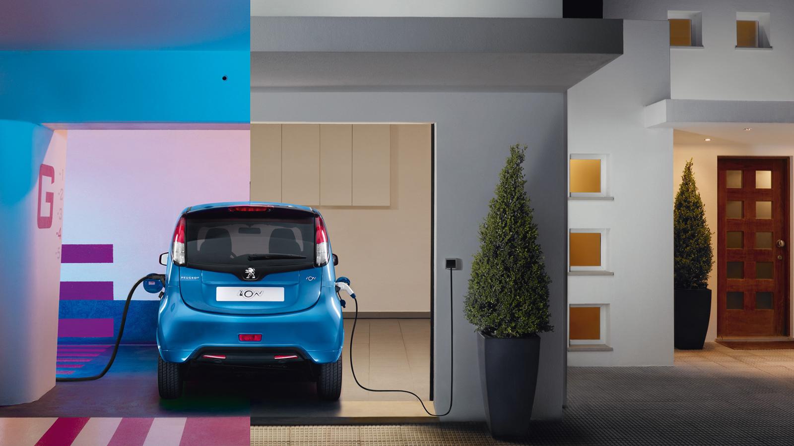 Trasera Peugeot iON en una casa