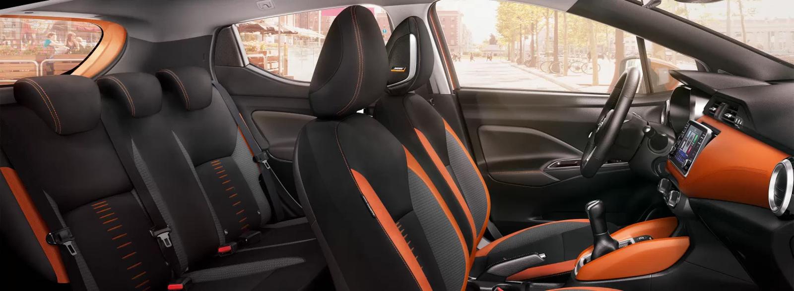 Interior Nissan Micra negro y naranja