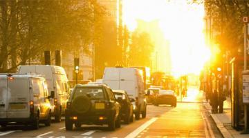 Coches parados en un semaforo
