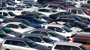 Aparcamiento de coches lleno